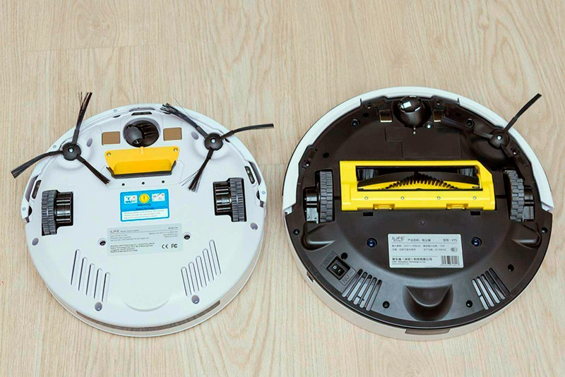 Два робота-пылесоса