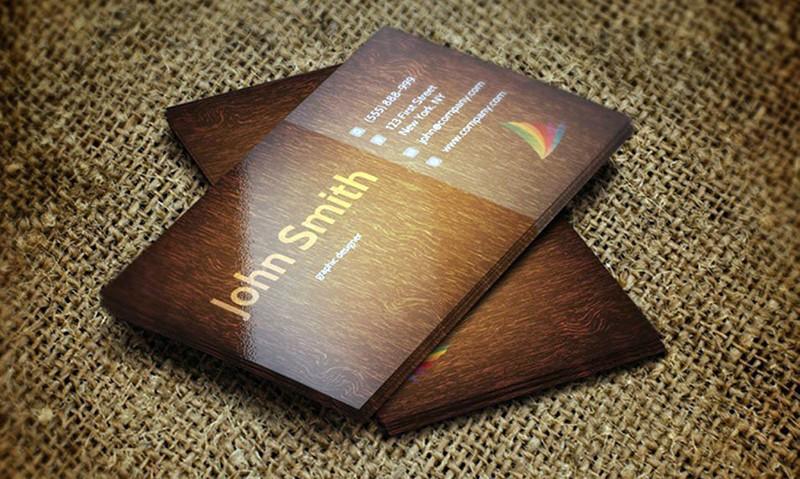 Ламинированные визитки на столе