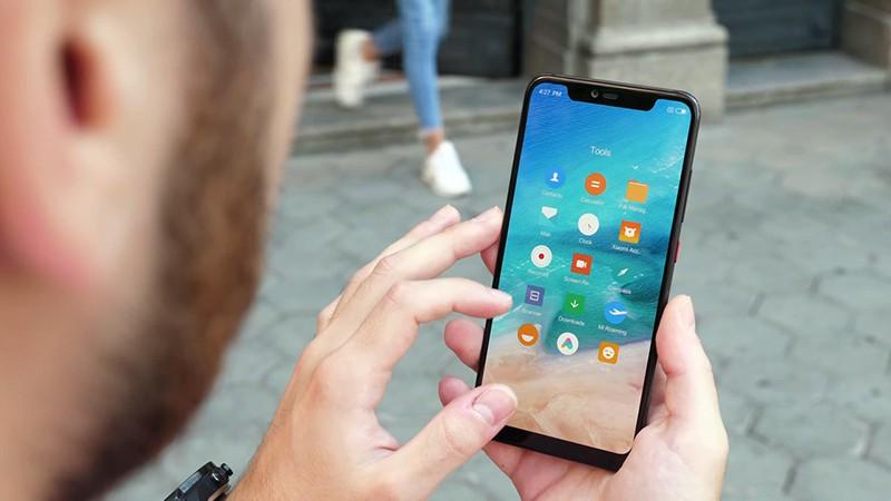 Xiaomi Mi 8 Pro в руках