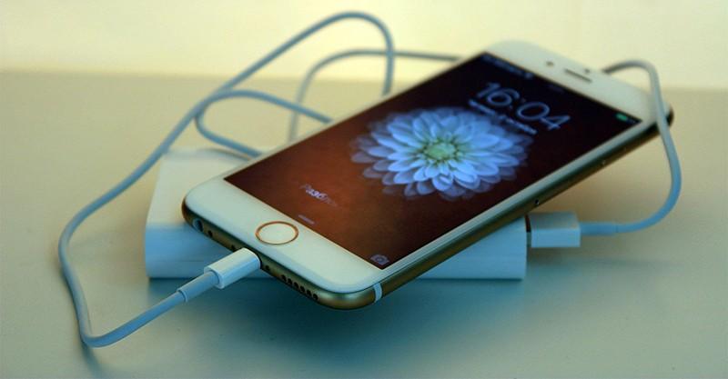 iPhone 8 на зарядке