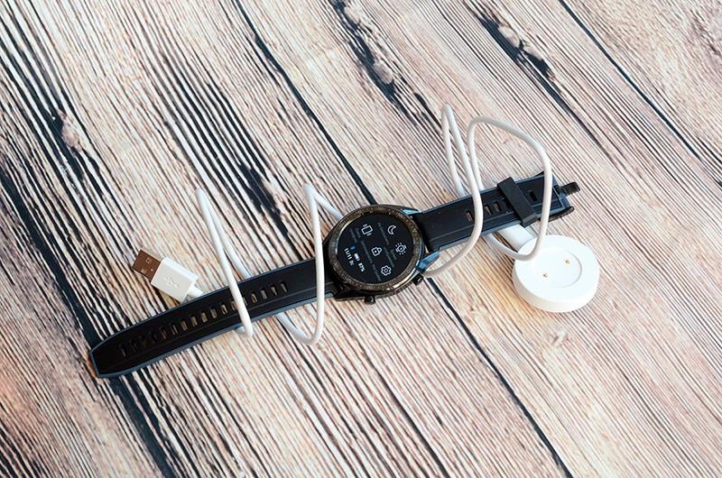 Huawei Watch с зарядкой фото