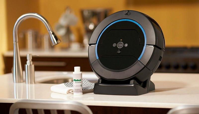 Робот-пылесос на столе