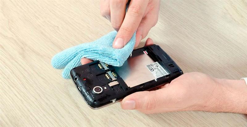 Протирают телефон насухо