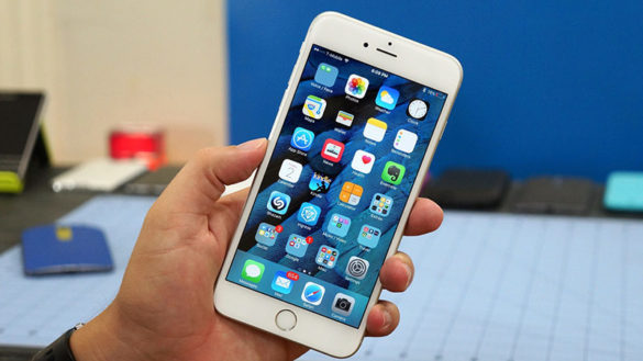Белый айфон в руках