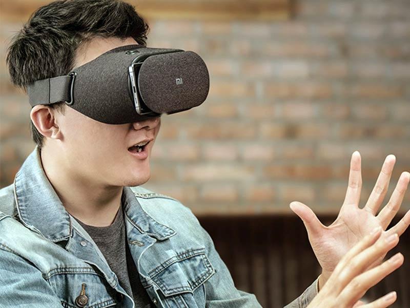 Парень в VR очках