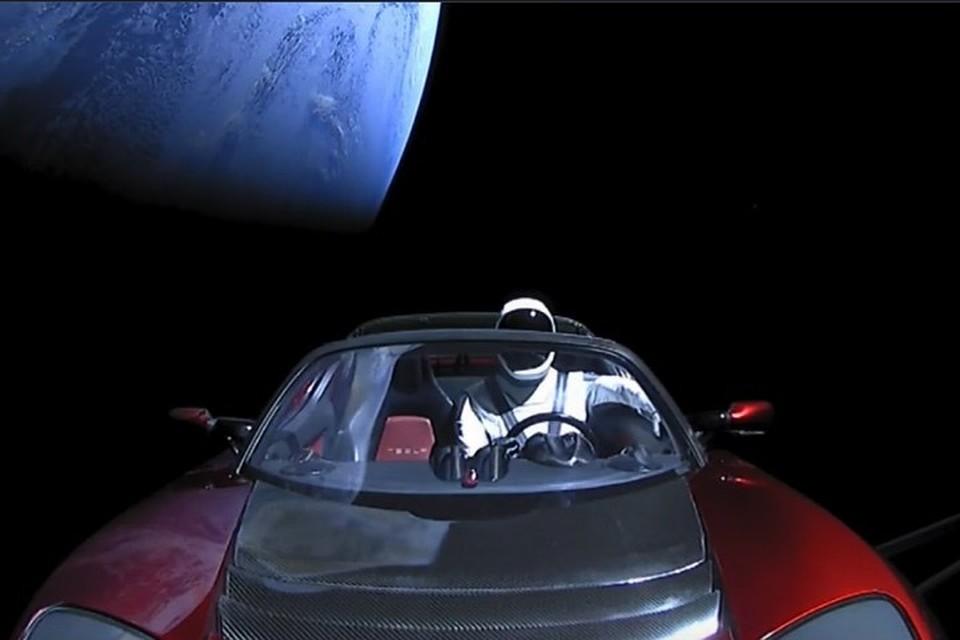 Roadster Tesla в космосе