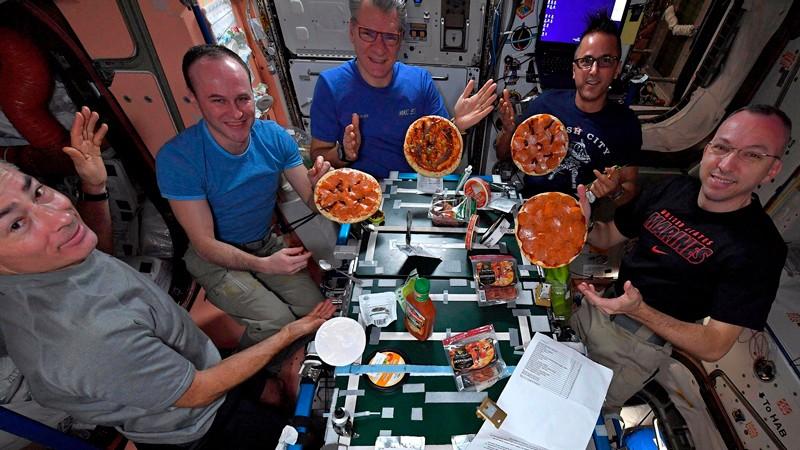 Космонавты принимают пищу