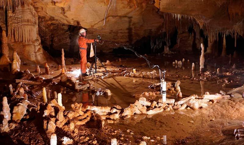Пещера с наскальными рисунками фото