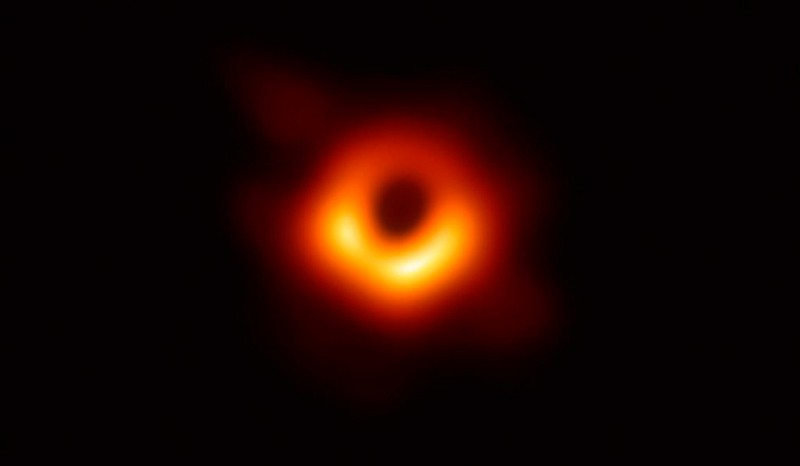 Фото силуэта черной дыры