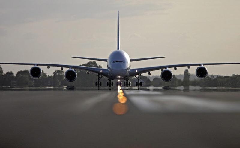 Самолет на взлетной полосе фото