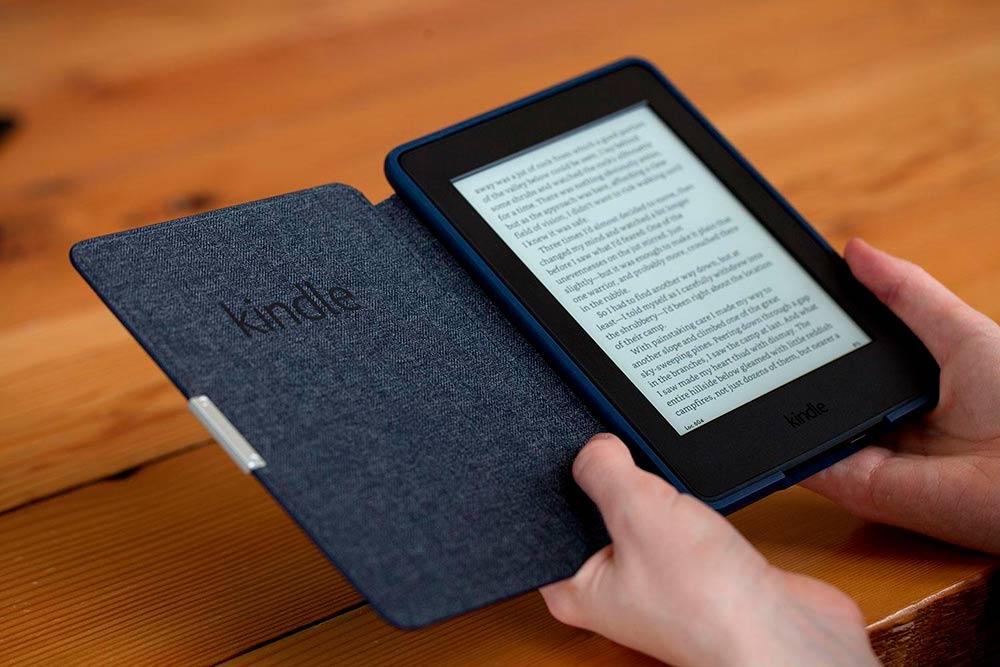 Электронная книга в руках фото