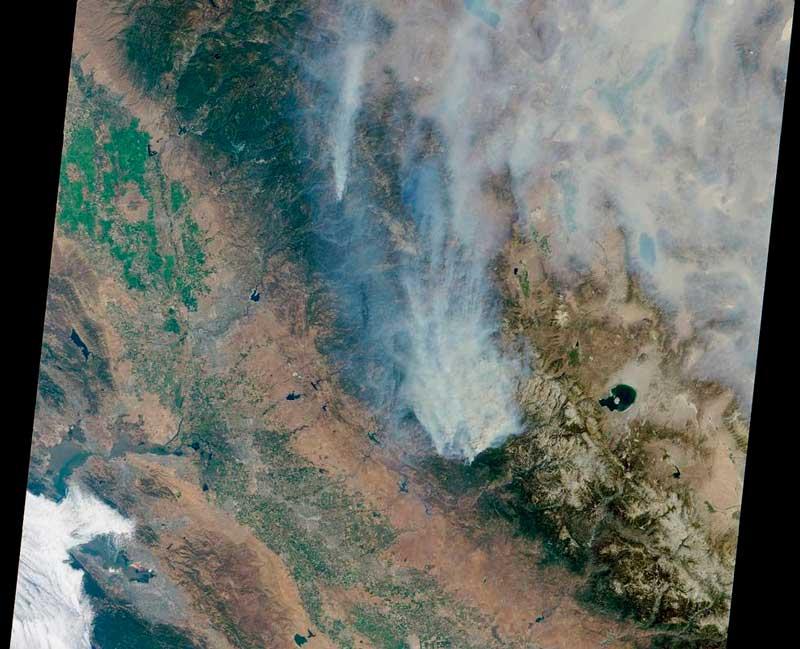 Дымовой шлейф от пожаров фото