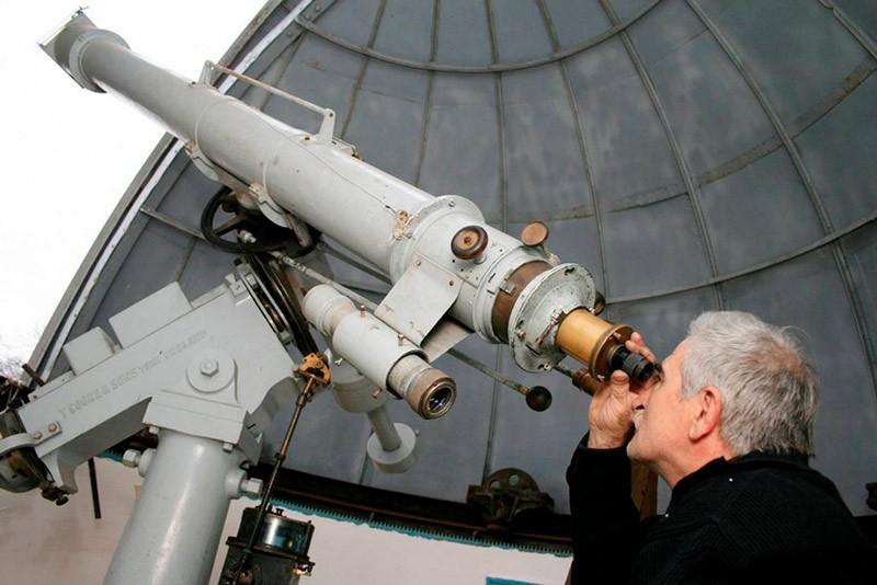 Ученый изучает небо