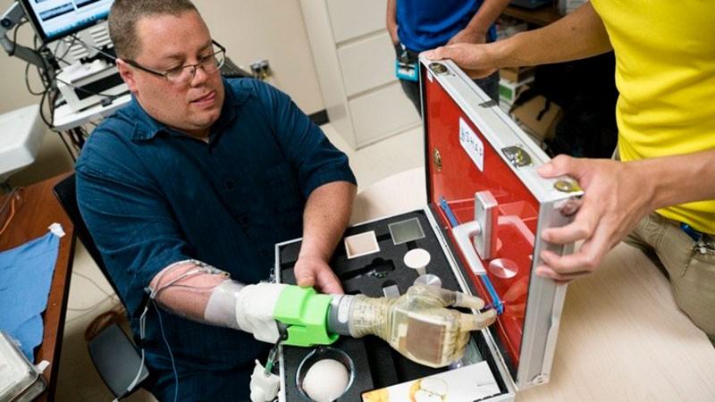 Тестирование бионической руки фото