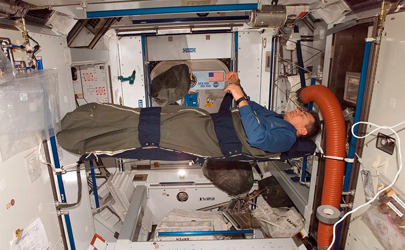 Космонавт спит в космосе фото